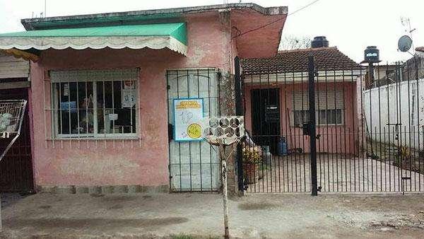 se vende: se escuchan ofertas. casa *con dos departamento/ barrio Gobernador Acosa, San Jorge