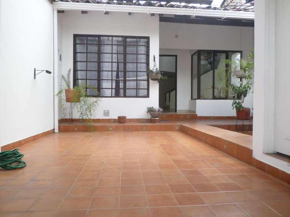 vendo casa amplia remodelada con dos apartaestudios cerca al sector historico