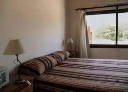 lr87 - Hotel para 2 a 5 personas con pileta y cochera en Lobos