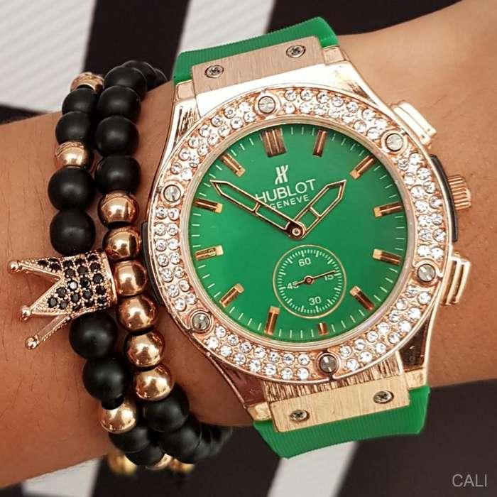 Se vende Hublot Geneve de color verde con cobrizo, tiene cronografo que marca los segundos para dama