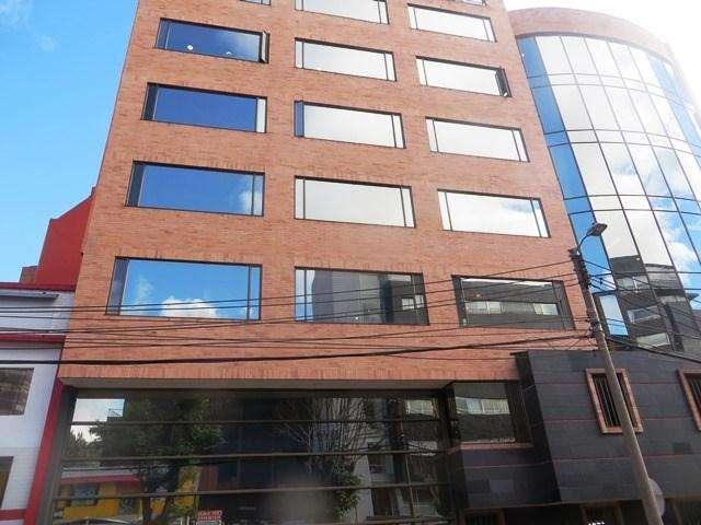 Moderna oficina ubicada en 7 piso, tiene piso laminado, batería de baños, 2 garajes, el <strong>edificio</strong> tie 32-00053