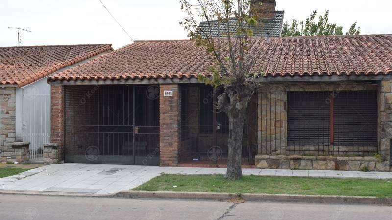 Chalet 4 ambientes a reciclar en Quilmes Oeste - Con cochera - Venta Directa!