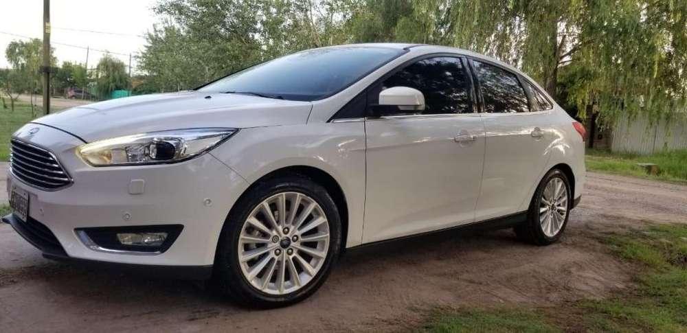 Ford Focus Sedán 2015 - 60000 km