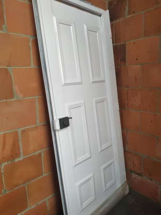 puerta metálica nueva