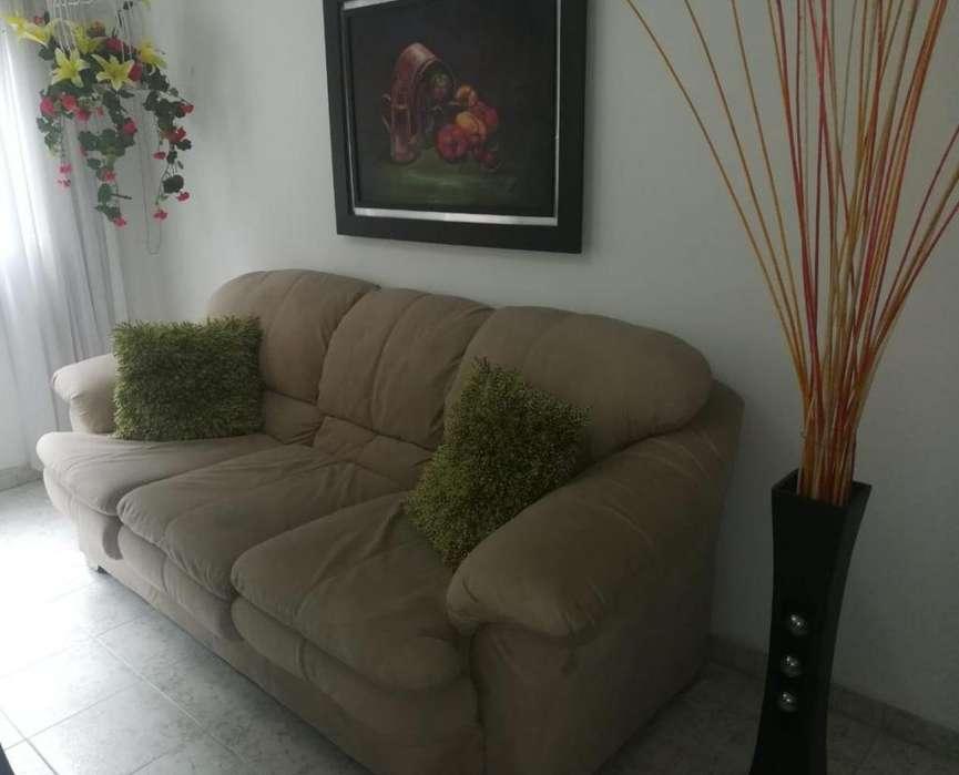 Sofa de 4 puestos 2 cojines de obsequio y decoraciones adyacentes