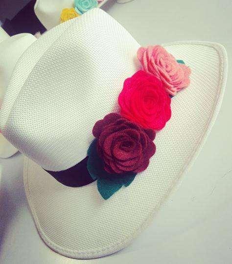 Sombreros con flores de colores en paño lency
