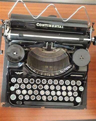 Antigua máquina de escribir portátil alemana Continental