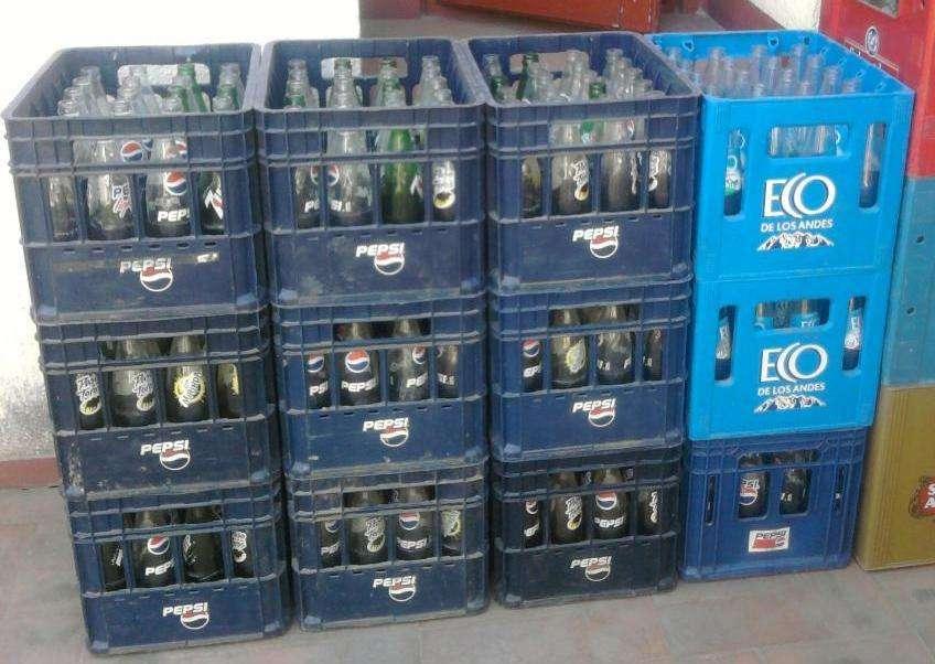 cajones con botellas vacías de gaseosa y agua