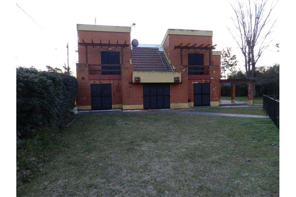 Casa quinta con pileta y quincho. Dos terrenos.