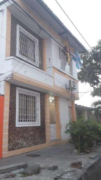 Ciudadela Martha Roldós vendo casa rentera con 2 departamentos independientes