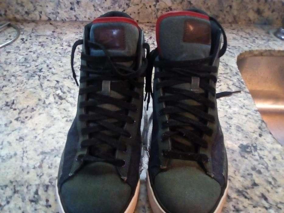Zapatillas tipo botas Marca Nike.Talla: 11