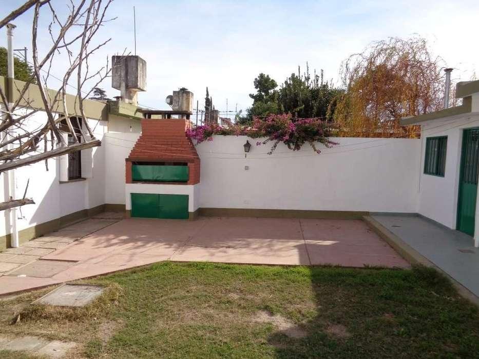 B Uocra - Casa de 4 Dormitorios Amplia con Cochera Cubierta, Patio Amplio c/Asador, Cocina Comedor, 2 Baños y Jardín