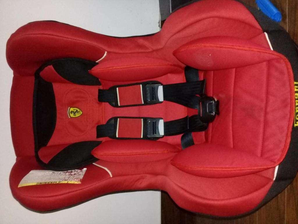 Butaca de niño auto Ferrari usada. % puntos de ajuste.