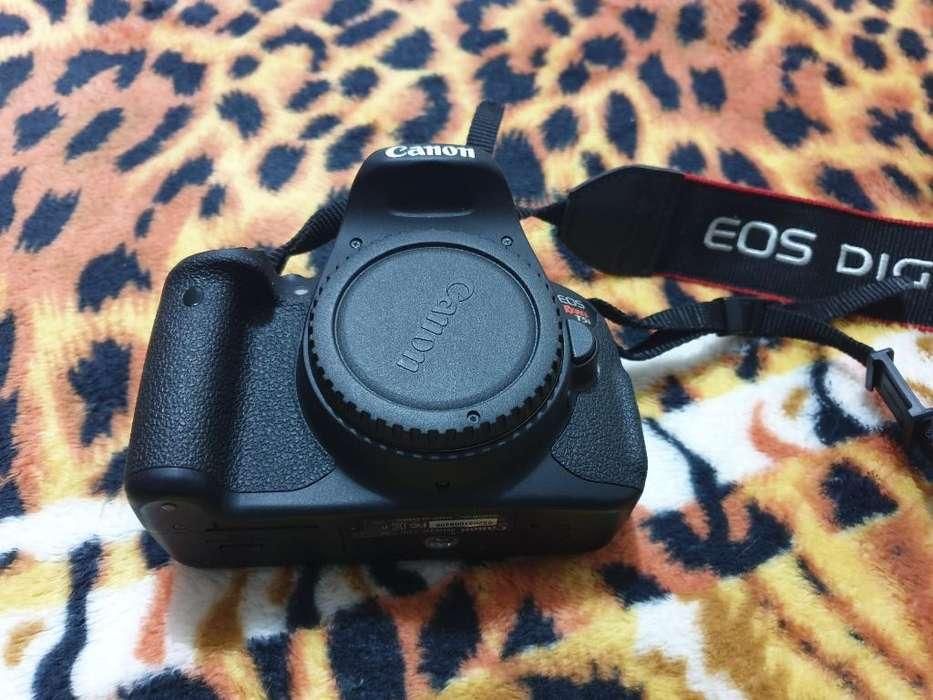 Canon T5i con Sus <strong>accesorios</strong> en pasto