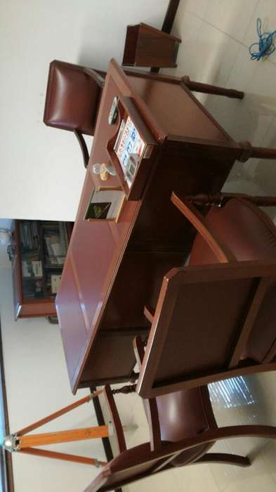 <strong>escritorio</strong> en Madera con Sillas