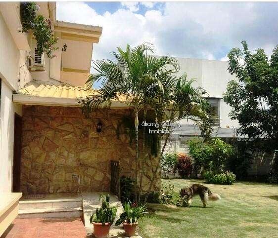 Los Senderos se vende linda residencia de 2 pisos con amplio y hermoso jardin