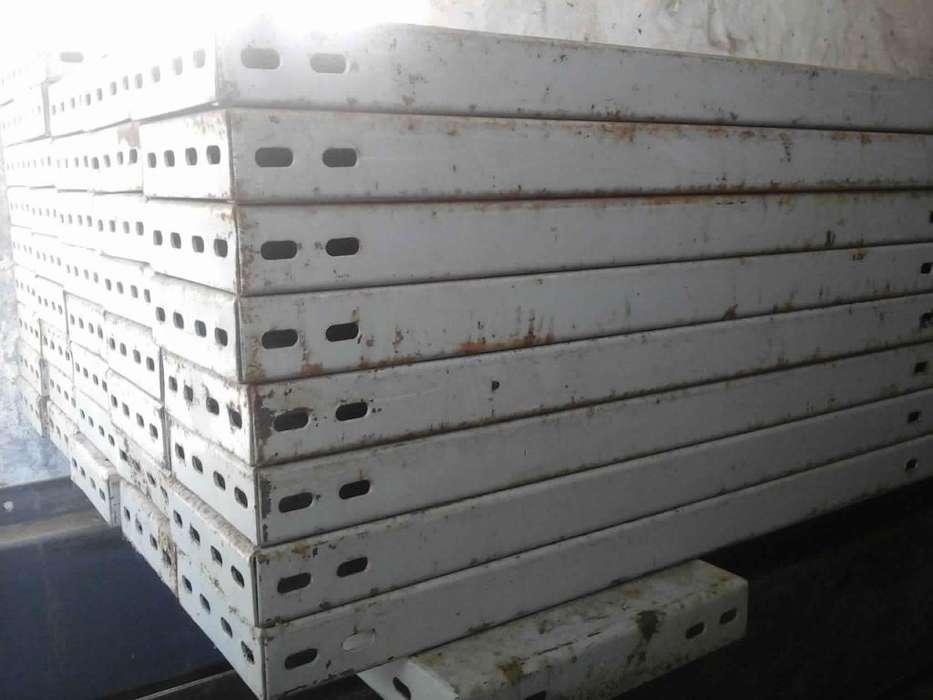 Entrepiso metálico pesado, desarmado.Berisso. 12 columnas, 6 vigas, 81 tablones metàlicos, escalera.
