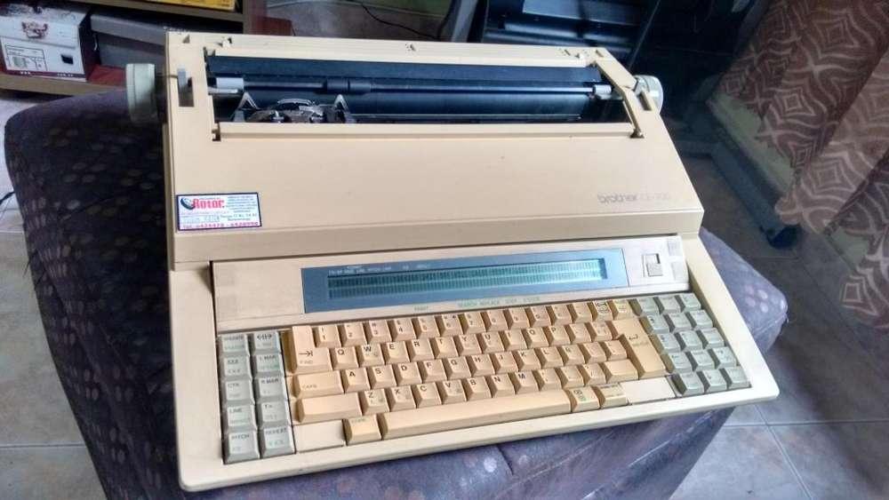 Máquina de Escribir Eléctrica Marca BROTHER CE-700