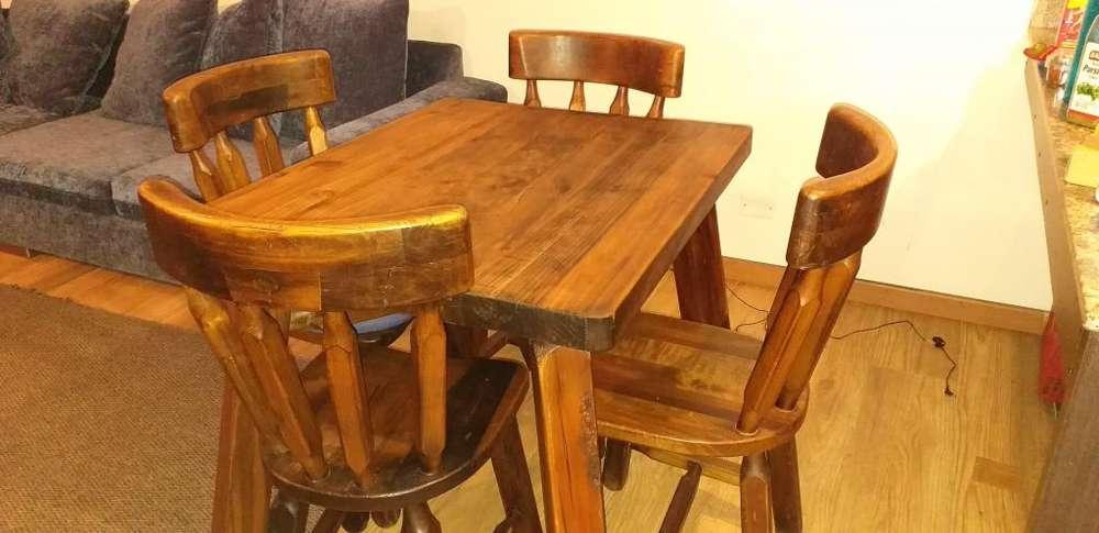 Sofá, mesa de madera y cuatro <strong>silla</strong>s en venta.