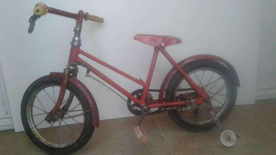 Bicicleta de nena antigua, ruedas macizas