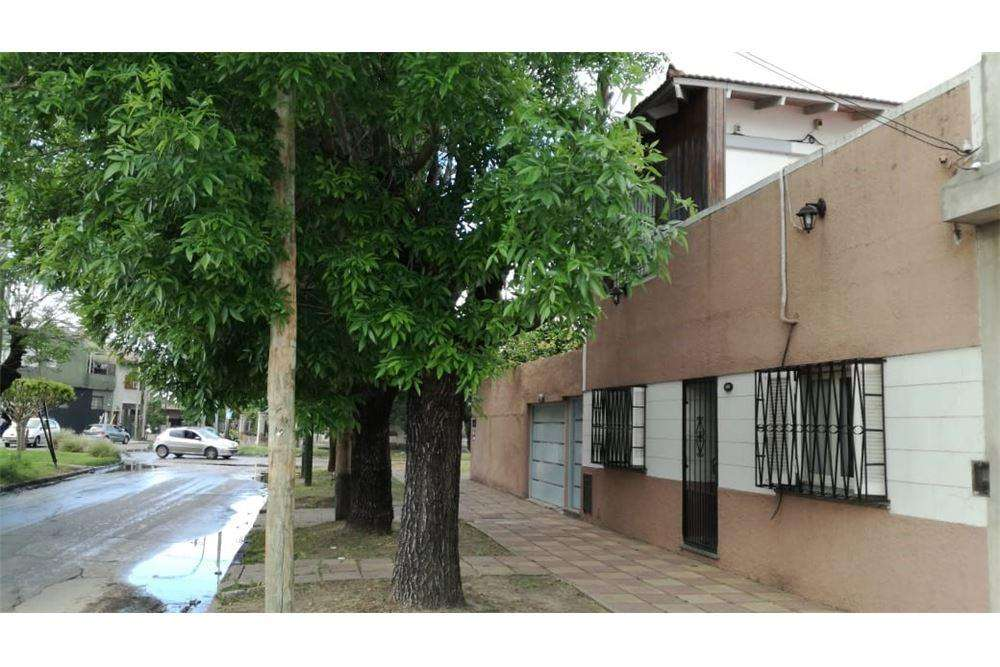 Casa c/ lote propio 5 amb, 2 plantas y 2 cocheras