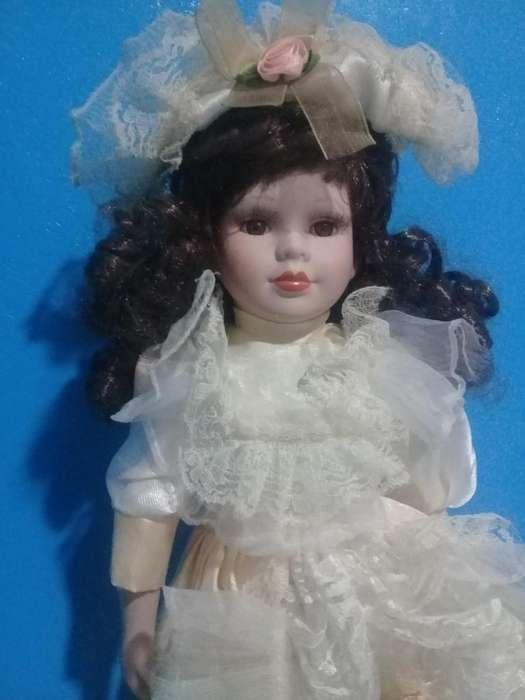 Hermosa muñeca de porcelana