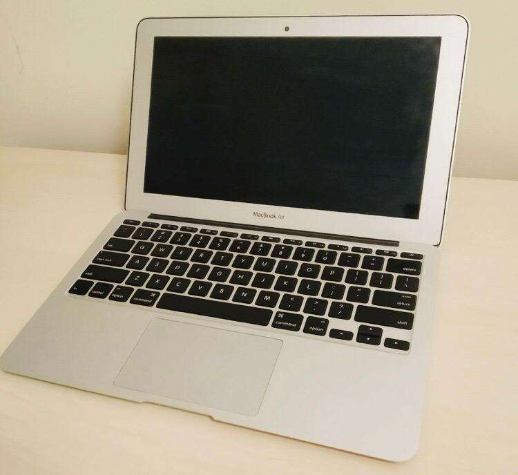 Macbook Air A1465 256GB 4GB RAM 10/10