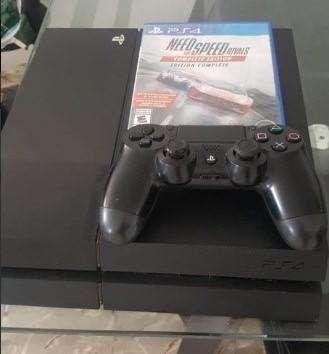 Playstation 4 de 500gb con un control y un juego