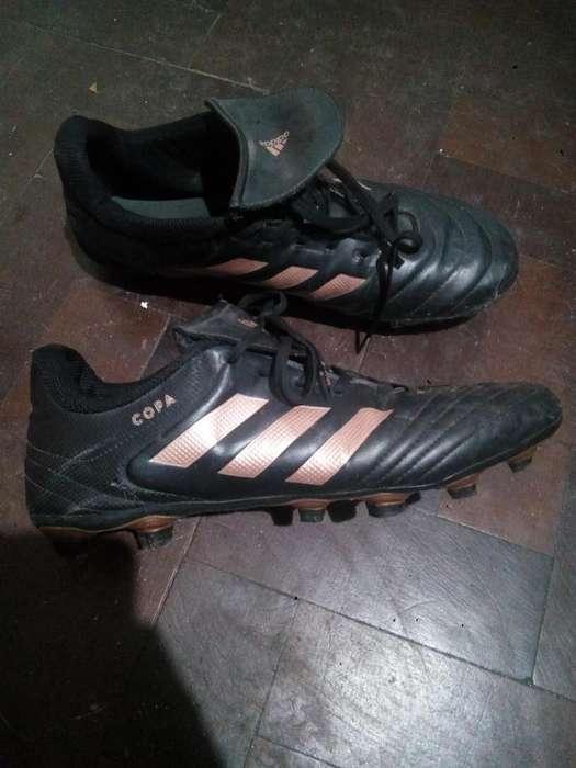 Botines de fútbol.
