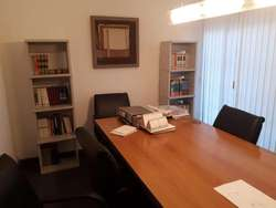 NUEVA CORDOBA OFICNA CON MOBILIARIO 3 privados y sala de reunión