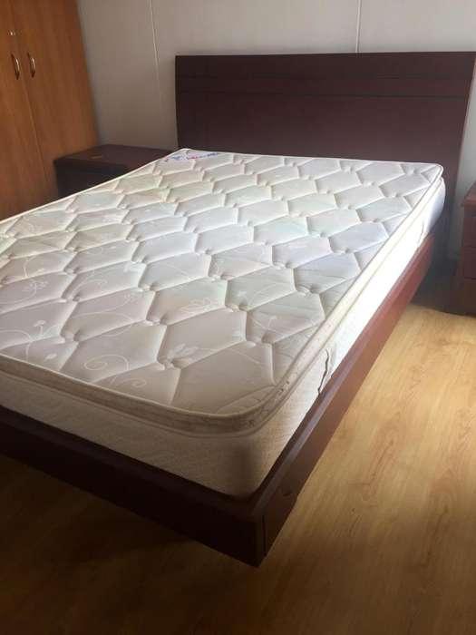 Vendo juego de <strong>cama</strong> doble con dos nocheros.