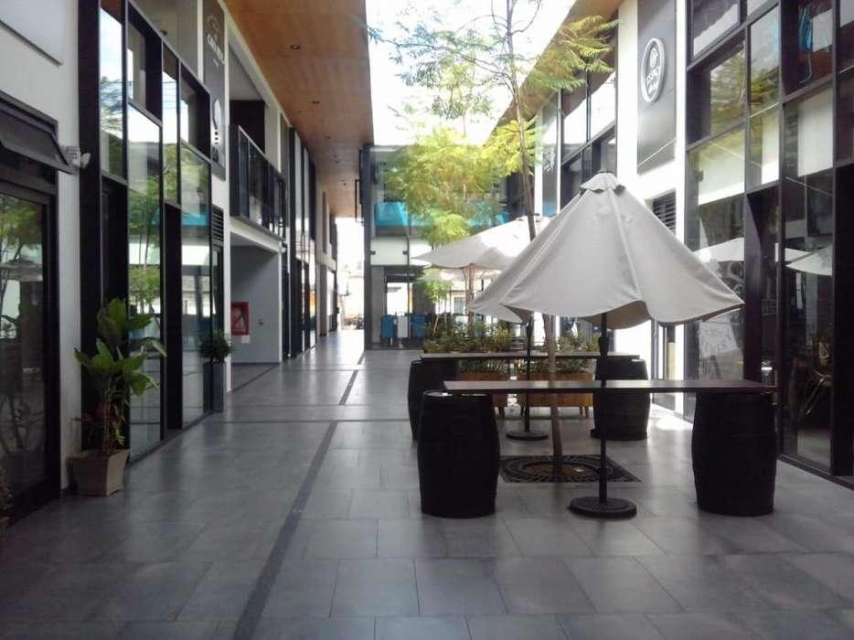 Arriendo oficina en la plaza central de Cumbaya.