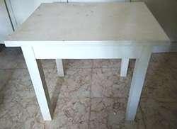 Mesa y sillitas de juguete en madera pintadas de blanco.