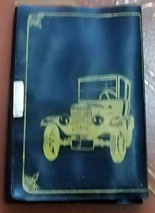 Antiguo porta documentos con motivo de auto