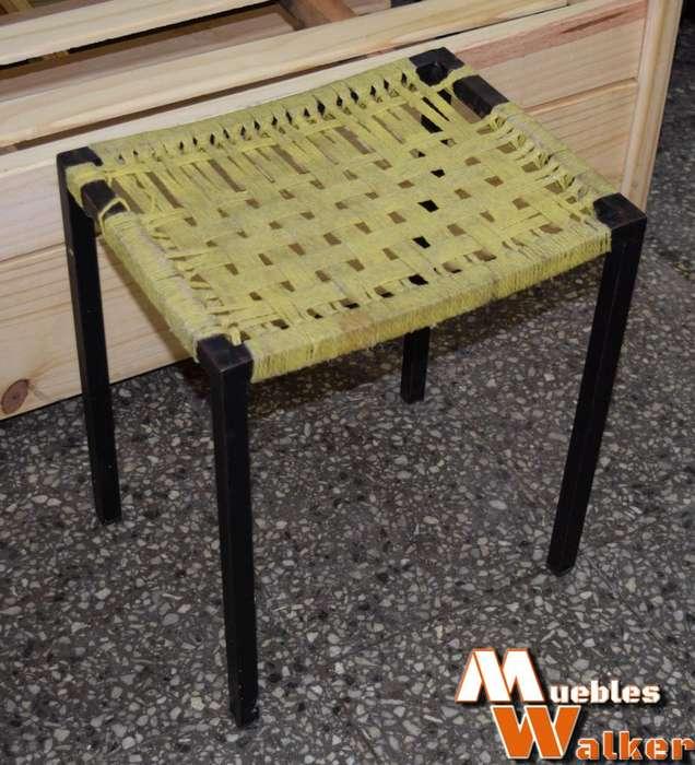 Banquito de caño estructural y asiento tejido