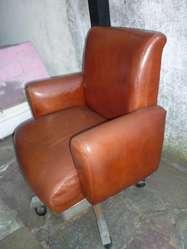 antiguo sillon de cuero de escritorio giratorio años 1970s de medico