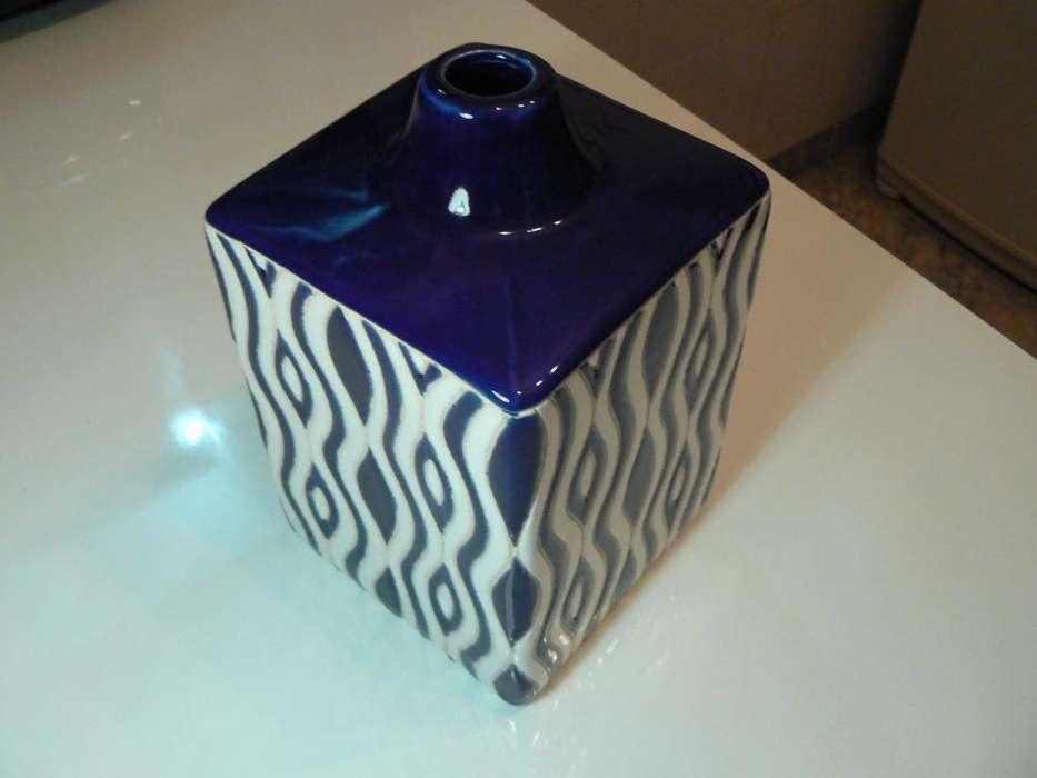 Hermoso Florero Importado de Cerámica Color Blanco y Azul Cobalto