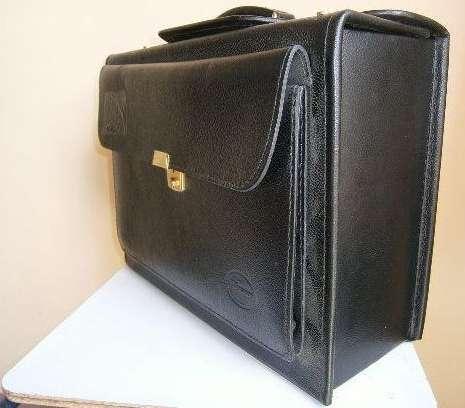 Maletines color negro en cuero para viaje, guardar portátiles, libros o herramientas.