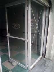 se vende puertas en aluminio y vidrio