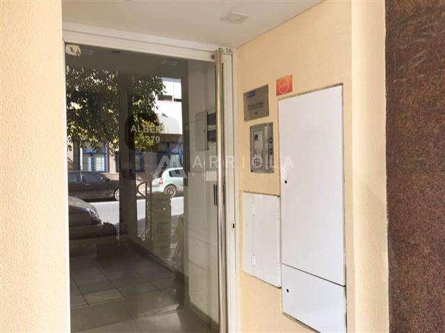 Oficina en duplex a la calle, Alberti y Guemes.