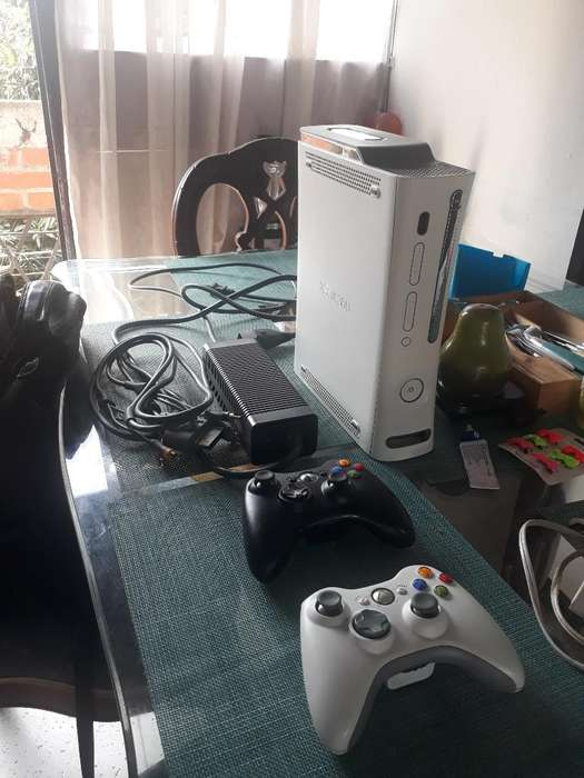 Vendo Xbox 360 Blanco en Muy Buen Estado