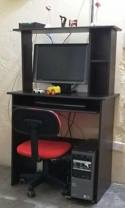 Computadora con Mesa en Perfecto Estado