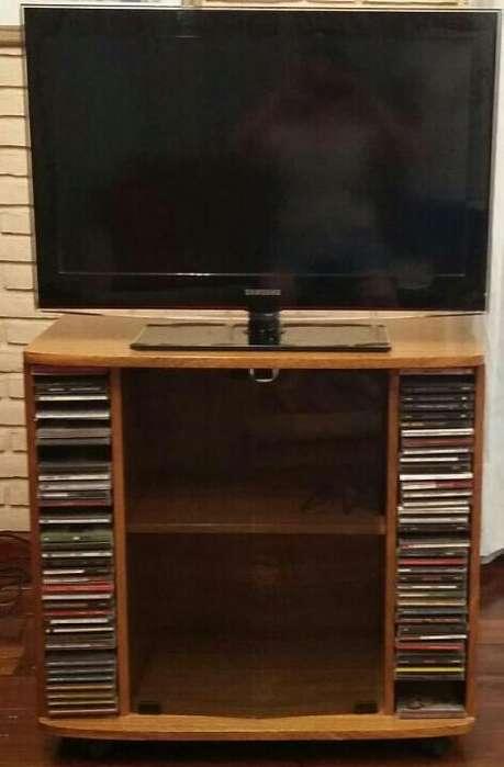 Mesa de madera de TV con espacio para CDs y DVDs