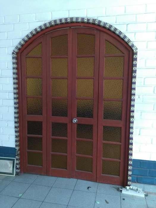 Vendo porton de cedro con ventanas de catedral