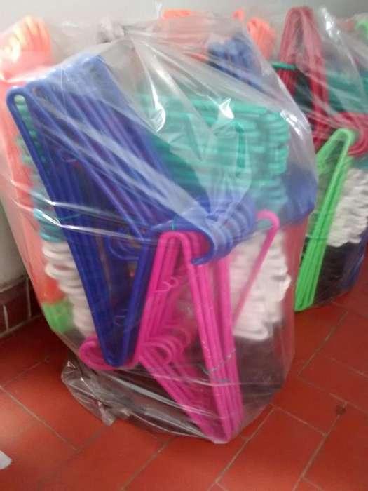 ganchos plásticos para ropa finos y económicos