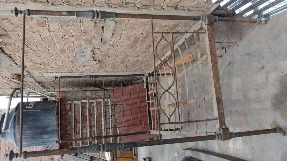 Cama antigua de bronce estilo victoriano