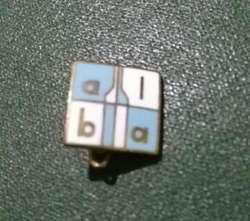 Antiguo Pin Distintivo ASOCIACION La Botella Argentina esmaltado . coleccionistas de botellitas 1960