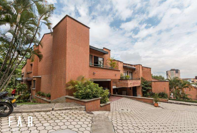 Casa En Venta En Medellin El Poblado Cod. VBBER1093