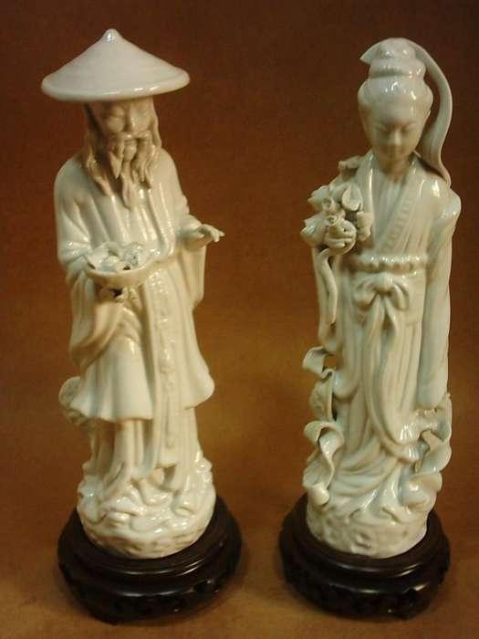 Dos Antiguas Figuras Porcelana Blanc de Chine Base de Teca