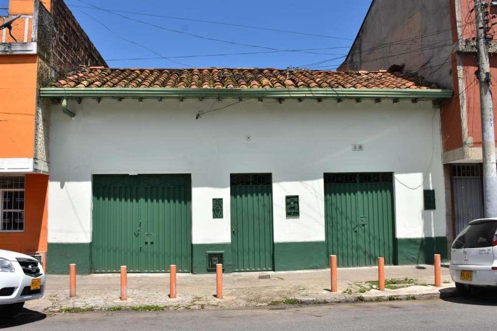 CASA CON DOS LOCALES COMERCIALES EXCELENTE UBICACION